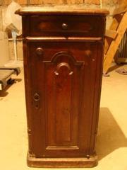 Продаю старинную тумбочку в готическом стиле
